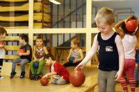 Пять школ Омска получат новый спортивный инвентарь.