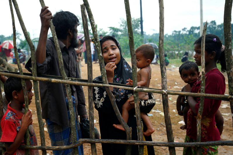 Беженцев рохинджа принимают в Бангладеш. По данным очевидцев, некоторые из них ранены.