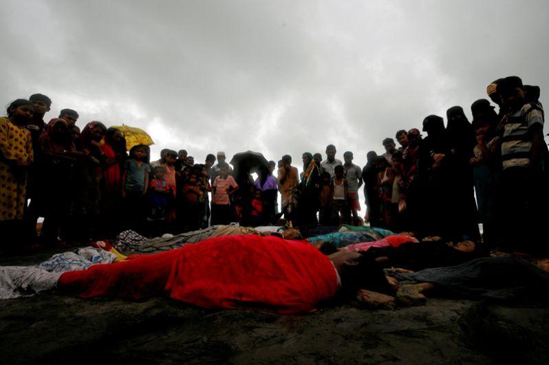 Беженцы, погибшие в результате того, что их лодка опрокинулась, при пересечении границы через Бенгальский залив.
