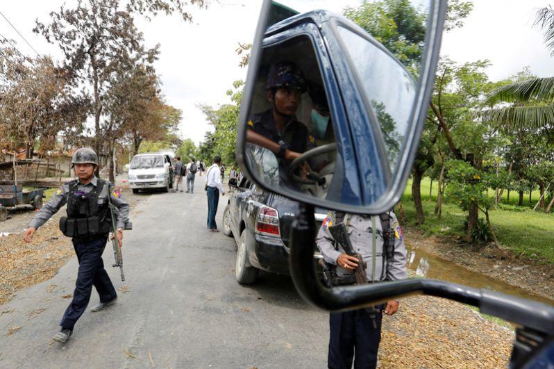Полицейский патруль на дорогах Маунгау.
