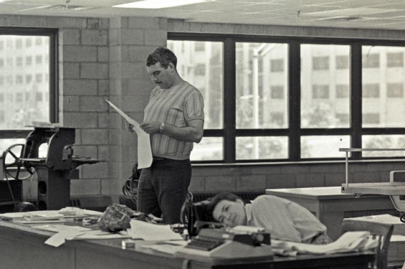 На одном из снимков Довлатов запечатлён на работе в редакции.