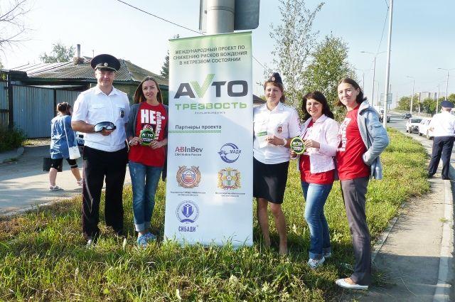 Автолюбители протестировали очки-тренажеры, имитирующие воздействие алкоголя на поведение человека.