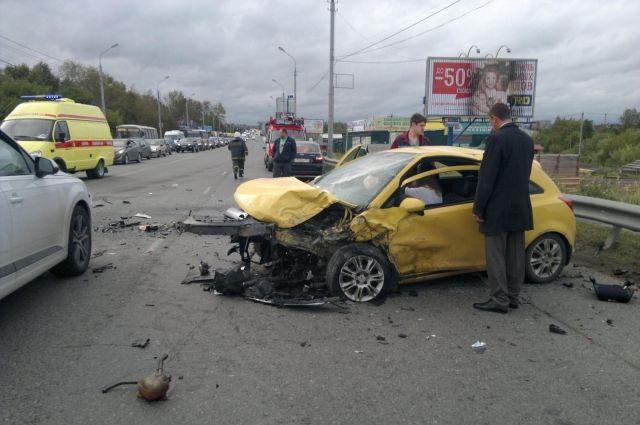 Три автомобиля столкнулись утром в районе Коммунального моста.