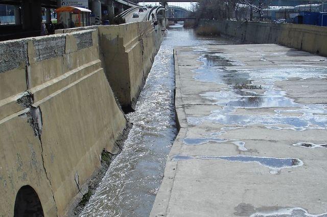 Пока власти тратят огромные деньги на возрождение Темерника, восстанавливают его русло в центральной части Ростова, сверху спускаются тонны заражённой воды.