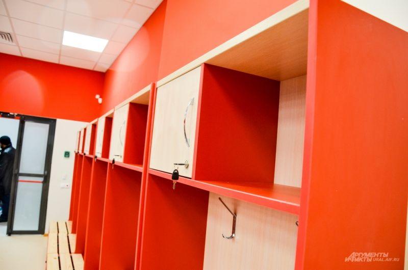 Для каждого футболиста отдельные шкафчики в раздевалке.
