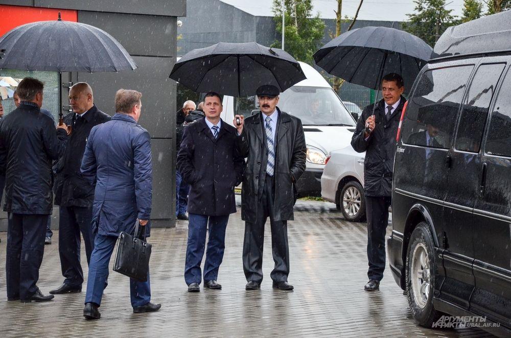 Министр спорта Свердловской области Леонид Рапопорт оставался стоять в недоумении.