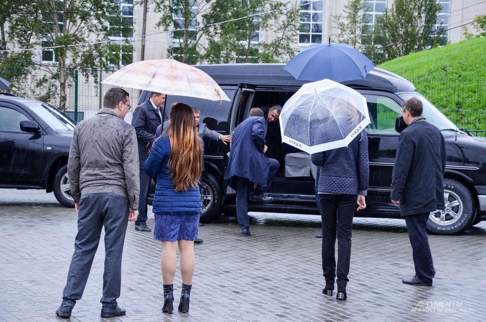 Однако Виталий Мутко даже не вышел из машины. Произошла заминка.