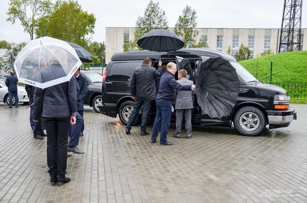 Никто не понимал, что происходит. Сначала глава уральского региона Евгений Куйвашев сел к Мутко в машину.