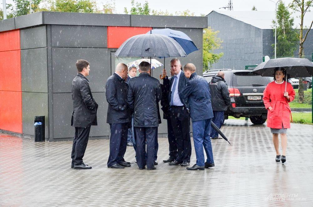 Выяснилось, что Виталия Мутко срочно вызвали в Кремль и торжественное мероприятие ему пришлось отложить.
