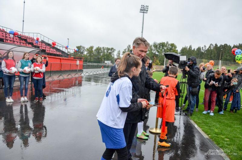 Из-за дождя организаторы не стали задерживаться, перерезали красную ленту, а ребят отпустили по их делам.