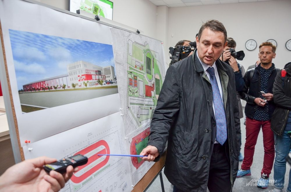 Директор спорткомплекса Владимир Нагибин делится перед делегатами будущими планами застройки спортивной инфраструктуры на территории комплекса.