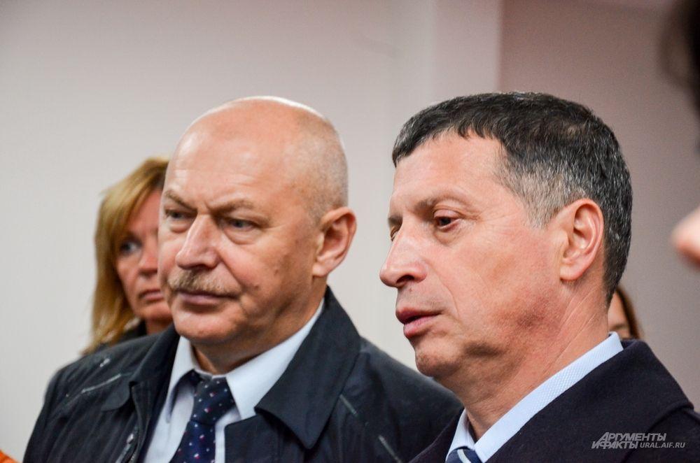 Заместитель минспорта РФ Павел Новиков и министр спорта Свердловской области Леонид Рапопорт внимательно слушают господина Нагибина.