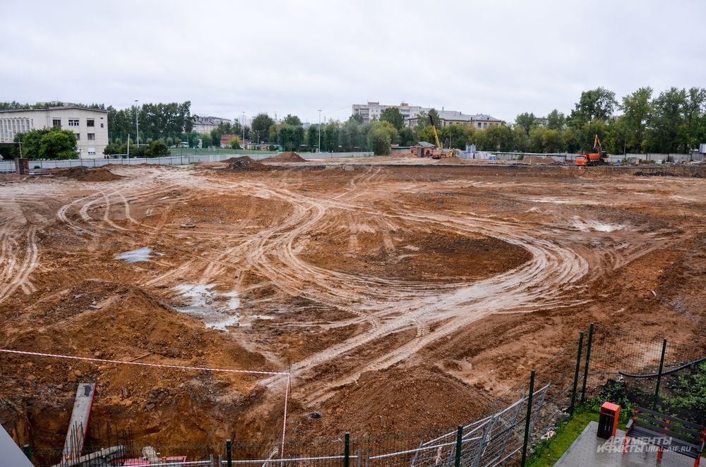 Рядом готовится площадка под легкоатлетический стадион.