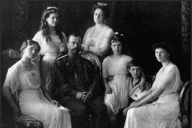 Николай II с семьёй (слева направо: Ольга, Мария, Николай, Александра, Анастасия, Алексей и Татьяна)
