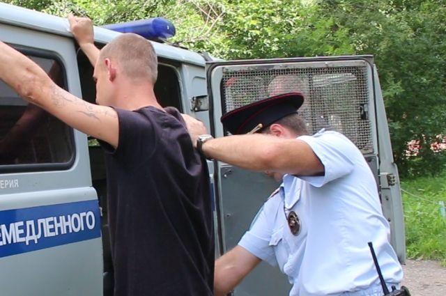 Полицейские задержали нападавшего по приметам.