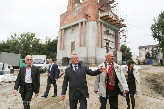 Глава региона осмотрел здание колокольни и основное сооружение.