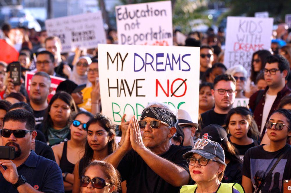 Акция протеста на Манхеттене в Нью-Йорке. Надпись на плакате: «У моих надежд нет границ».