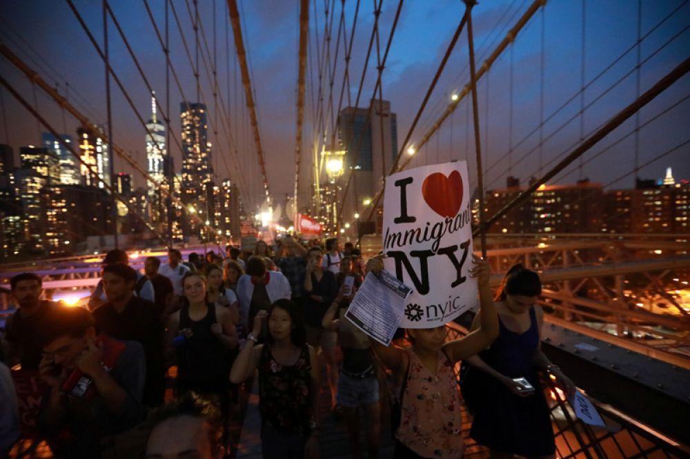 Свыше тысячи человек, по информации телеканала NBC, прошли по Бруклинскому мосту в знак протеста против решения администрации Белого дома.