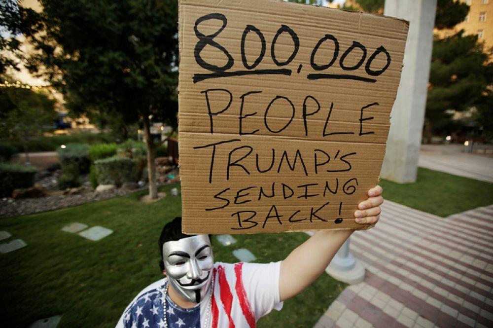 Мужчина, выступающий в защиту программы DACA, на площади Сан-Хасинто в Эль-Пасо. Надпись на плакате: «Трамп отправляет обратно 800 тысяч человек».