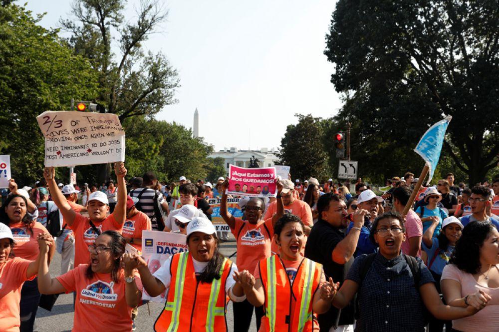 Митингующие в Вашингтоне у Белого дома.