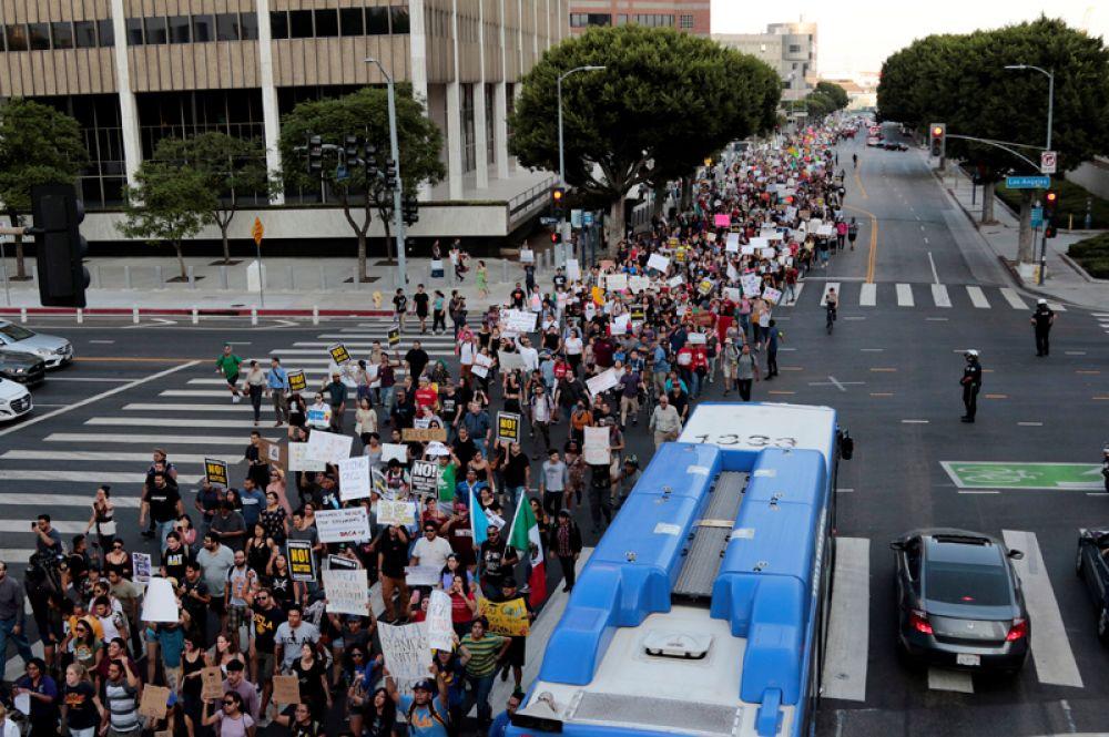 Акция протеста на улицах Лос-Анджелеса.