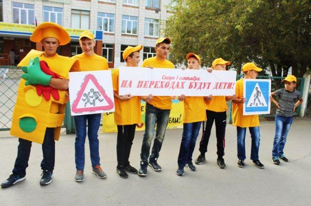 На опасном участке в Волгограде юные волонтёры напомнили водителям и пешеходам о ПДД.