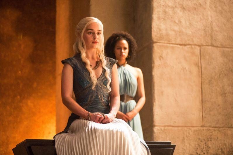 В это же время Дейенерис рожает девочку Лианну, после чего умирает. Наёмники Эурона крадут тело Матери Драконов, чтобы повесить его на стене Королевской Гавани.