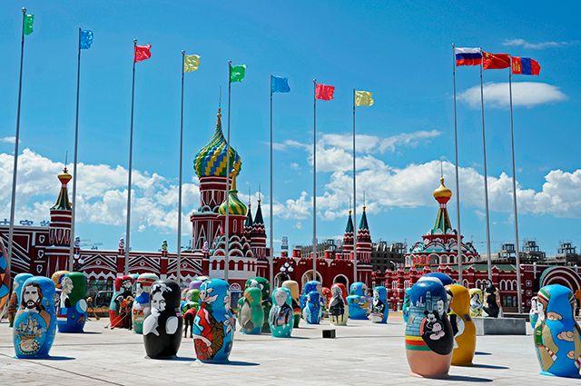 Маньчжурия встречает бизнесменов и туристов из России копиями русских соборов и многометровыми матрёшками.