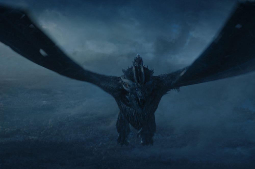 Чёрный замок разрушен армией мертвецов и драконом Визерионом, который ещё в конце седьмого сезона превратился в зомби. На подступе к Винтерфеллу происходит крупнейшее сражение Короля Ночи с людьми, в котором участвуют все армии, кроме воинов Серсеи Ланнистер.