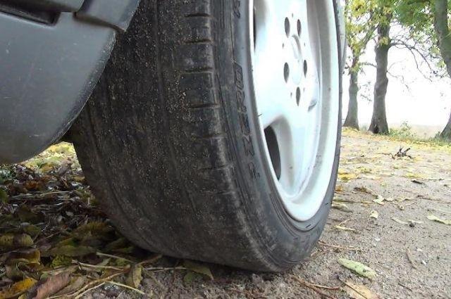 В Калининграде должник изрезал колеса своего авто на глазах у приставов.