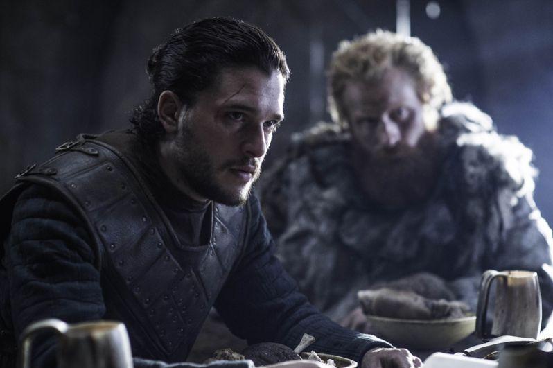 В первой же серии восьмого сезона Джон Сноу узнает от Брана Старка и Сэма Тарли тайну своего происхождения. Бастард не сразу готов поверить, что его настоящее имя Эйган Таргариен, он законный наследник Железного Трона, а Дейенерис — его родная тётя.