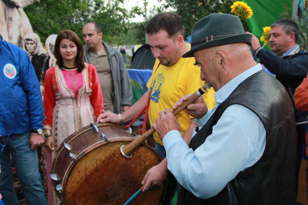 Представители Мясниковского района играли на национальных армянских инструментах.