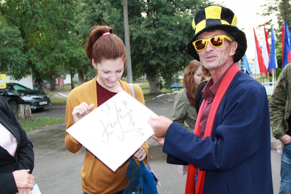 Этот человек дарил счастье. Из вашего автографа он рисовал забавный портрет.