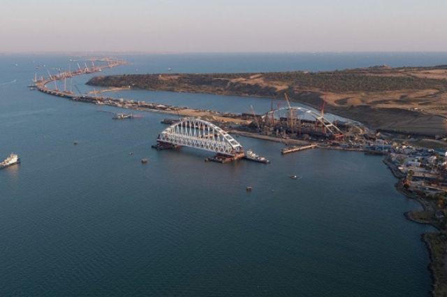 Под аркой Керченского моста впервый раз прошёл боевой корабль