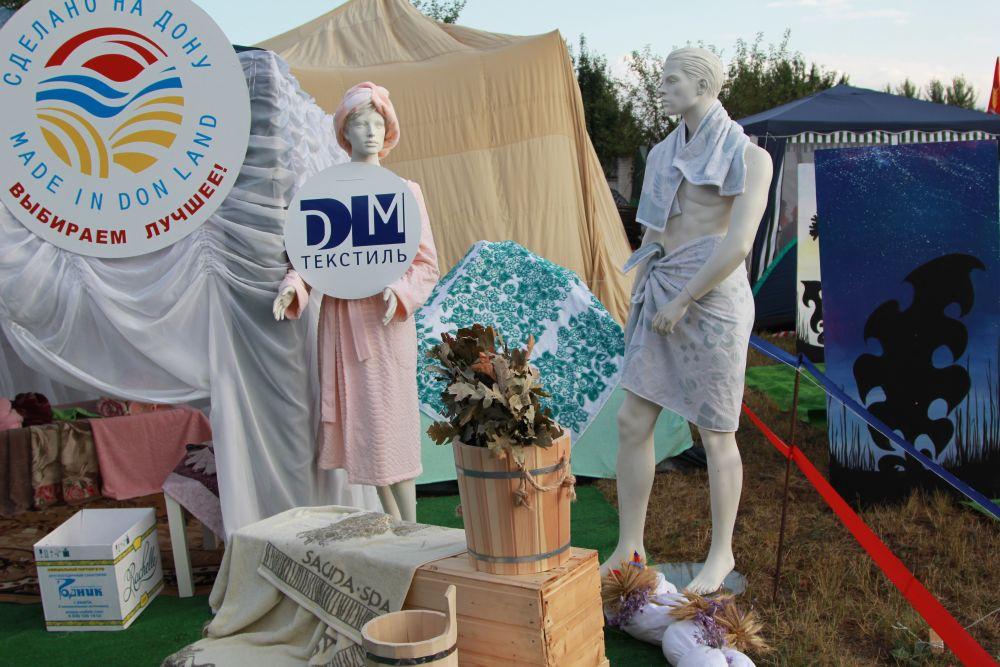 Каждый район показывал то, чем он гордится. Вот Донецк РФ - представил предприятие по пошиву домашней одежды.