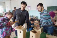Молодёжный актив БГК мастерит скворечники с детьми из Петровского детдома