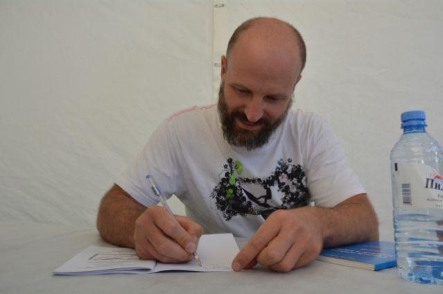 На фестивале Дмитрий Емец общался с читателями, дарил книги и раздавал автографы
