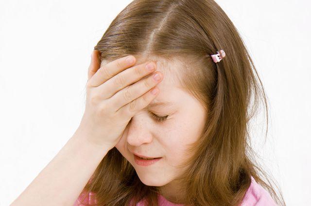 При осмотре кожи головы под волосами можно обнаружить элементы сыпи.