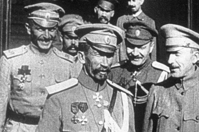 Генерал Лавр Корнилов (в центре).