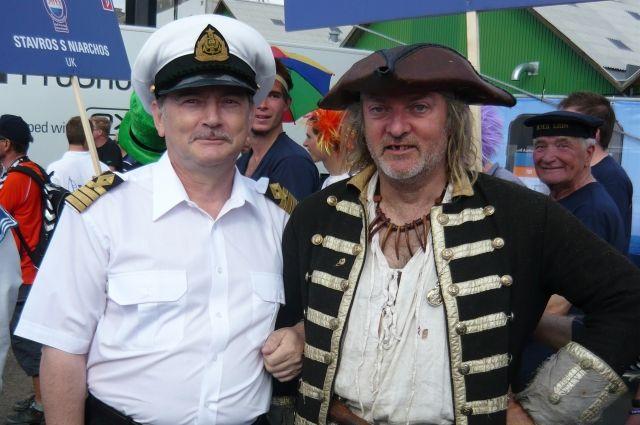 «Два капитана» - Михаил Чурин (слева) и отчаянный английский пират.