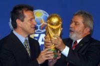 Кубок мира ФИФА изготовлен из золота 18 карат на малахитовом основании, на призе изображены две человеческие фигуры, подпирающие Землю.