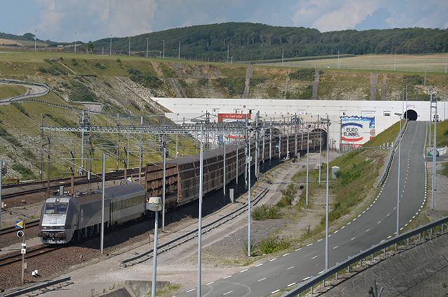 Поезд выезжает из тоннеля под Ла-Маншем.