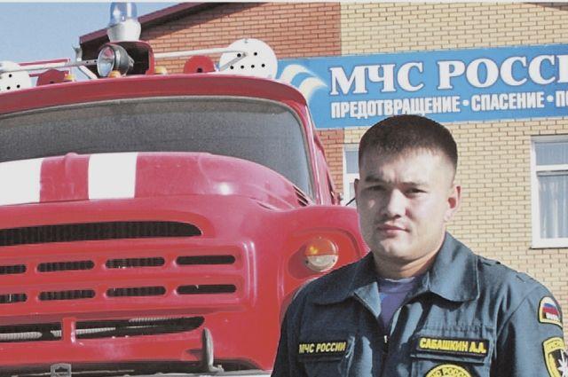 Горно-алтайский пожарный Артём Сабашкин вызволил перепуганную девочку из подземной ловушки.