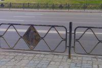 Ограждения в центре Красноярска - в неприглядном виде.