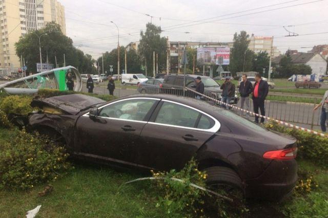 В Калининграде водитель на дорогой иномарке разбил автозаправку.