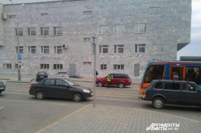 Полицейские проверяют припаркованные у здания правительства машины.