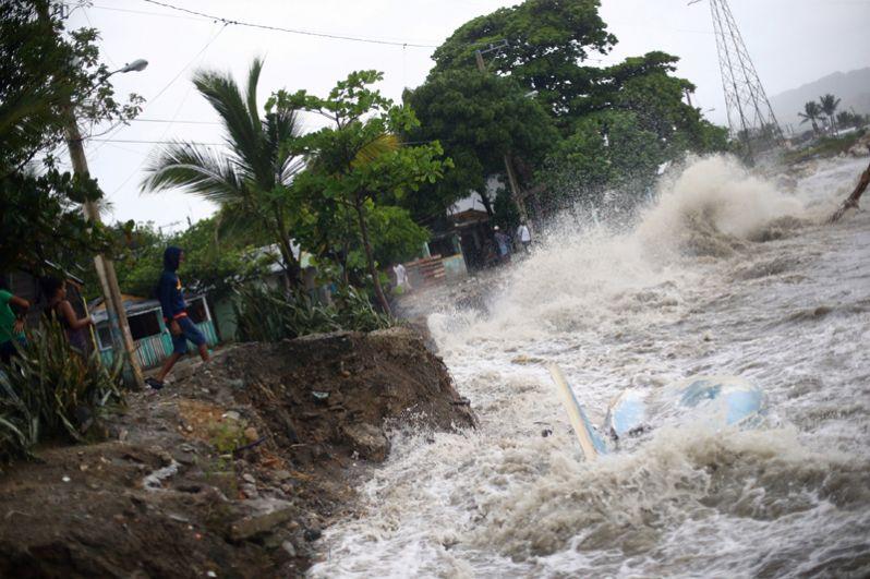 В зоне риска находятся жители Доминиканы, Гаити и Кубы, где удар стихии ожидается в ближайшее время.