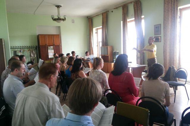 На фото участники капеллы сидят в зале еще до того, как их оставили без мебели.