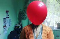 Тюменка, не согласная с противниками фильма «Оно», делает фото с шариками