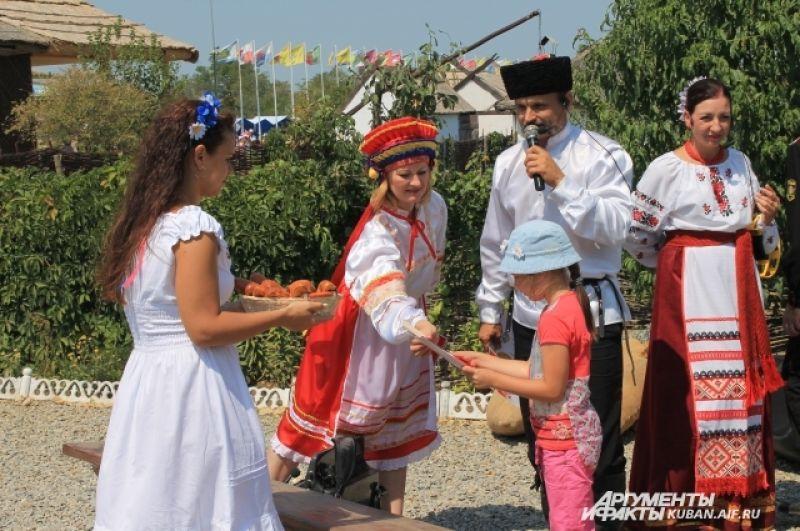 Награждение малышей-участников конкурсов.